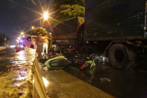TP. HCM: Ô tô 7 chỗ tông hàng loạt xe máy dừng đèn đỏ, nhiều người bị thương nằm la liệt - Ảnh 2.