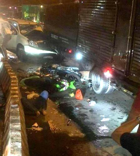 TP. HCM: Ô tô 7 chỗ tông hàng loạt xe máy dừng đèn đỏ, nhiều người bị thương nằm la liệt - Ảnh 1.