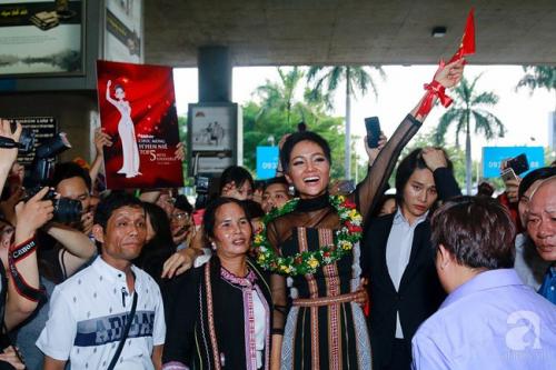 Sau chiến thắng ngoạn mục tại Miss Universe 2018 - HHen Niê vội về với buôn làng vì có chuyện gấp  - Ảnh 1.
