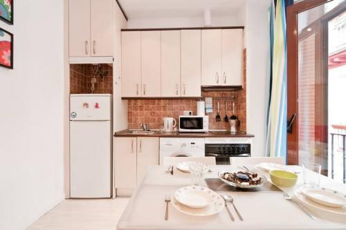 10 ý tưởng lưu trữ tuyệt vời giúp không gian nhà bếp nhỏ đến mấy cũng gọn gàng - Ảnh 2.