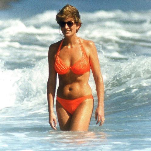 Bình thường kín đáo thanh lịch, không ngờ khi khoe dáng với đồ bơi Công nương Diana lại gợi cảm thế này