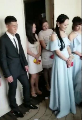 Những hình ảnh hiếm hoi trong đám cưới Trương Hinh Dư: Chú rể điển trai quỳ gối đi giày cho cô dâu