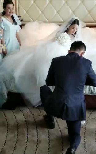 Những hình ảnh hiếm hoi trong đám cưới Trương Hinh Dư: Chú rể điển trai quỳ gối đi giày cho cô dâu - Ảnh 2.