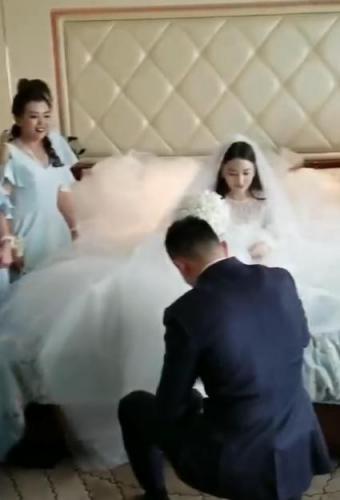 Những hình ảnh hiếm hoi trong đám cưới Trương Hinh Dư: Chú rể điển trai quỳ gối đi giày cho cô dâu - Ảnh 3.