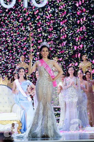 Khoảnh khắc đẹp nhất chung kết Hoa hậu Việt Nam 2018: Hoa hậu Đỗ Mỹ Linh òa khóc ôm chặt người kế nhiệm