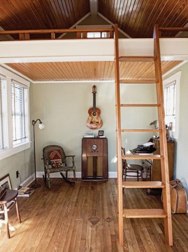 Nhìn vào ngôi nhà nhỏ hạnh phúc của gia đình 3 người để thấy: đôi khi ở nhà rộng chưa chắc đã vui bằng - Ảnh 2.