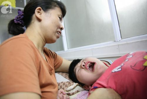 Hà Nội: Tiếng thét xé lòng của bé gái 10 tuổi bị bại não, thích nghe nhạc vàng trong căn phòng nhỏ ở bệnh viện