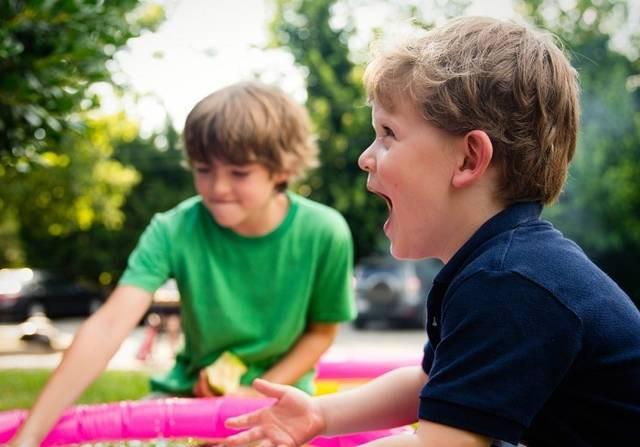 Dấu hiệu nhận biết trẻ không vui khi đi nhà trẻ mà bố mẹ cần phải lưu tâm - Ảnh 1.