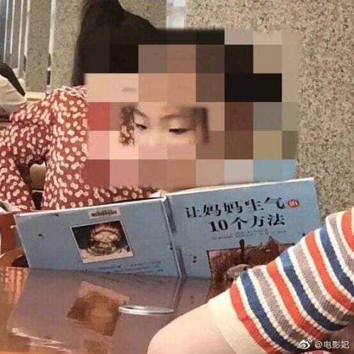 Bé gái say sưa đọc sách trong thư viện, ai cũng khen chăm chỉ nhưng nhìn đến tên sách thì cười chảy nước mắt, thương thay cho người mẹ - Ảnh 3.