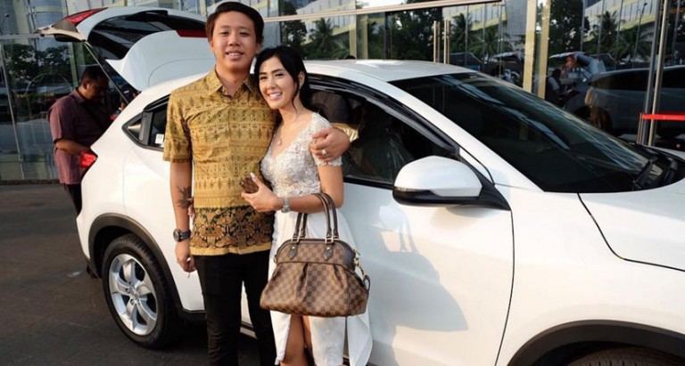 indonesian-man-meets-woman-on-tinder-gets-married-in-a-week-world-of-buzz-768x411