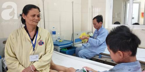 Lời khẩn cầu của người bà sáng chăm cháu nội ung thư tại bệnh viện, chiều về lo cho chồng bị chất độc da cam - Ảnh 1.