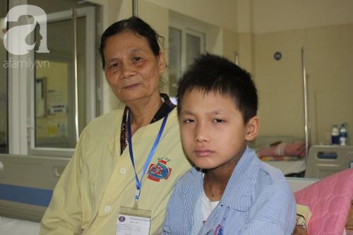 Lời khẩn cầu của người bà sáng chăm cháu nội ung thư tại bệnh viện, chiều về lo cho chồng bị chất độc da cam - Ảnh 6.