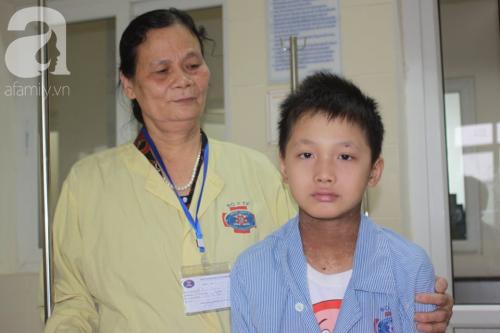 Lời khẩn cầu của người bà sáng chăm cháu nội ung thư tại bệnh viện, chiều về lo cho chồng bị chất độc da cam - Ảnh 8.