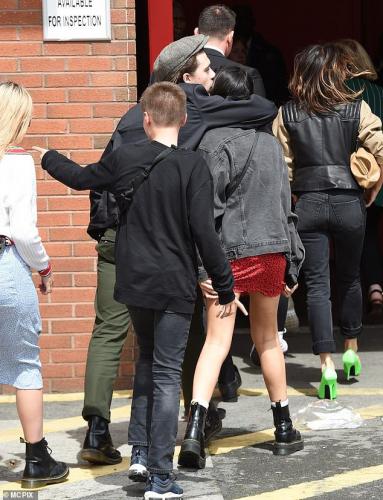 Cậu cả nhà David Beckham ôm hôn bạn gái nồng nhiệt sau nghi vẫn mâu thuẫn tại Cannes 2019 - Ảnh 2.