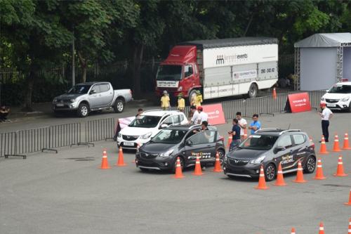 Tranh nhau lái thử VinFast Fadil: Có người đặt mua ngay sau khi trực tiếp cầm lái - Ảnh 2.