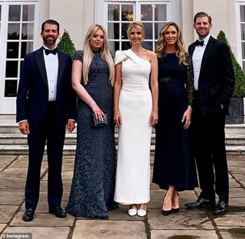 """Ivanka Trump gây thương nhớ khi xuất hiện rực rỡ tại sân bay tạm biệt nước Anh, """"tập đoàn"""" gia đình Tổng thống Mỹ lại gây bão truyền thông  - Ảnh 5."""