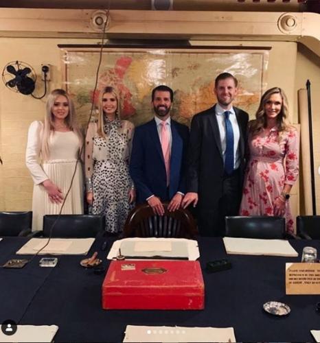 """Ivanka Trump gây thương nhớ khi xuất hiện rực rỡ tại sân bay tạm biệt nước Anh, """"tập đoàn"""" gia đình Tổng thống Mỹ lại gây bão truyền thông  - Ảnh 4."""
