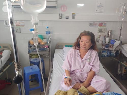 """Mẹ nhồi máu cơ tim nặng được người dưng đưa đi cấp cứu, con gái ruột nói """"nghèo quá, không lo được"""" rồi biệt tăm - Ảnh 1."""