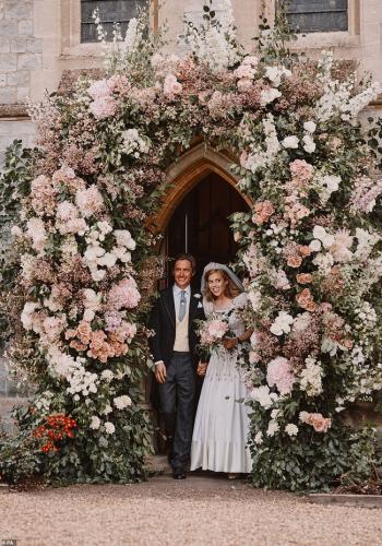 Thêm một loạt ảnh cưới đẹp như cổ tích của công chúa nước Anh, đủ khiến Meghan Markle phải xấu hổ khi bị nhắc về hôn lễ kém tinh tế của mình - Ảnh 1.