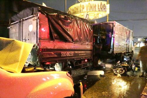 TP.HCM: Ô tô 7 chỗ tông hàng loạt xe máy dừng đèn đỏ, nhiều người bị thương nằm la liệt - Ảnh 3.