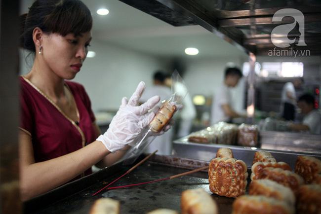 3 tiệm bánh Trung thu truyền thống nổi tiếng, cứ mùa trăng lại đông khách tấp nập
