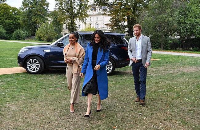 Meghan đã làm điều chưa từng có trong lịch sử hoàng gia khi có hành động này đối với mẹ mình, ngay cả Công nương Kate cũng không làm