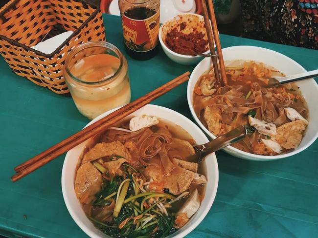 """Đi ăn bánh đa cua phố cổ Hà Nội, cô gái trẻ bị phục vụ bàn lườm nguýt vì """"mặc đẹp mà ăn lắm giấm thế"""""""