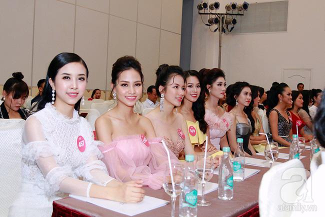 Hoa Hậu Đỗ Mỹ Linh diện váy dài quét đất lộng lẫy như công chúa trong họp báo Chung kết Hoa Hậu Việt Nam