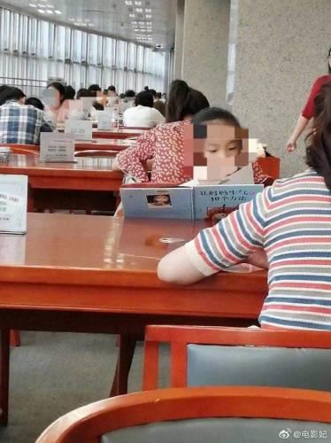 Bé gái say sưa đọc sách trong thư viện, ai cũng khen chăm chỉ nhưng nhìn đến tên sách thì cười chảy nước mắt, thương thay cho người mẹ - Ảnh 2.