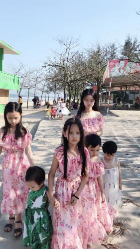 Ghen tị với bà mẹ 35 tuổi có 6 con gái vẫn trẻ xinh như gái son, đi xe tiền tỷ, kiếm chơi chơi hơn trăm triệu/tháng - Ảnh 13.