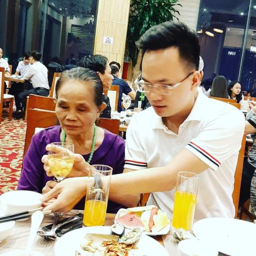 Lần đầu đưa mẹ đi ăn buffet - món quà cảm động của chàng trai 29 tuổi dành tặng mẹ 71 tuổi khiến bao người rưng rưng - Ảnh 5.