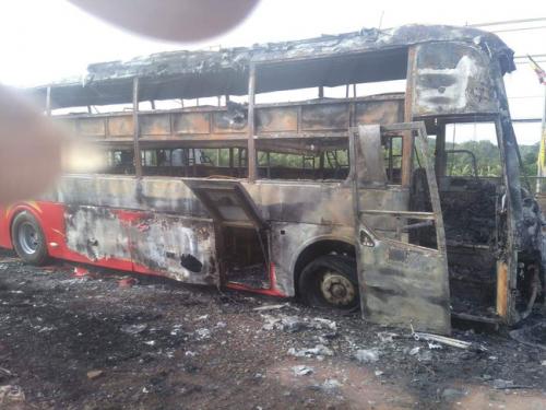 Đồng Nai: Xe khách 45 chỗ bốc cháy dữ dội trên quốc lộ 1A, hành khách hoảng hốt tháo chạy - Ảnh 1.
