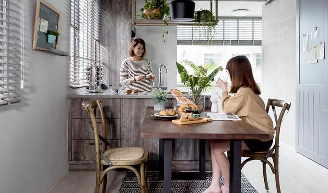 Căn hộ màu xám với thiết kế cửa trượt thông minh tạo nên không gian hạnh phúc của hai cô gái trẻ