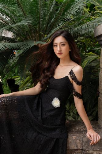 Tỏa sáng tiệc cuối năm, hội chị em nên học ngay bí kíp dress up của Hoa hậu Lương Thùy Linh - Ảnh 3.