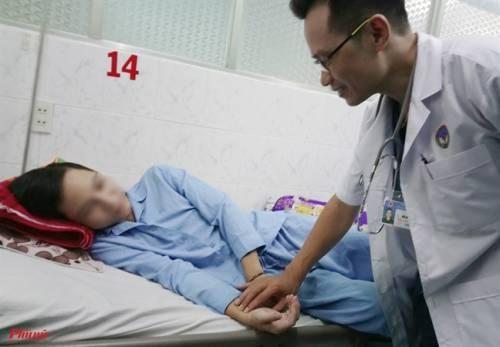 Sau vài giờ lên cơn sốt, một chiến sĩ trẻ bị chảy máu không ngừng