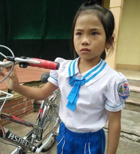 Cô bé lớp 3 khóc òa, quyết nhường xe đạp được tặng cho bạn mồ côi cùng lớp