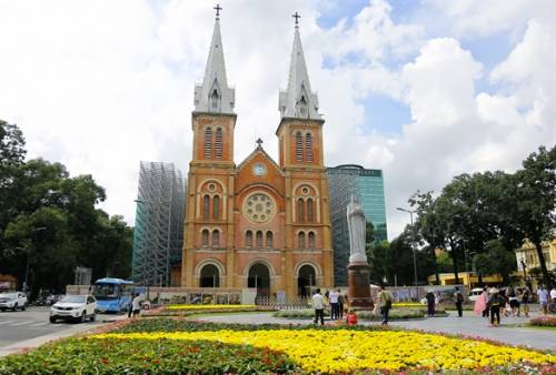 Công viên trước Nhà thờ Đức Bà Sài Gòn thành hoa viên rực rỡ