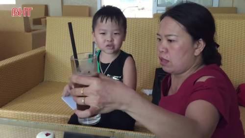 """Mẹ rơi nước mắt khi có con """"thần đồng"""" tiếng Anh"""