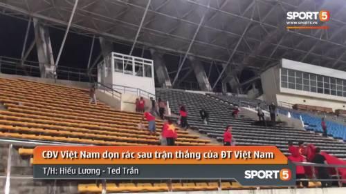 CĐV Việt Nam dọn rác sau trận thắng của Việt Nam trước chủ nhà Lào