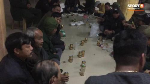 Người dân mua cơm hộp, uống bia lon ngay tại sảnh VFF chờ mua vé xem chung kết AFF Cup