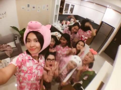 Clip: Nhã Phương tổ chức tiệc độc thân toàn màu hồng với hội bạn thân trước ngày cưới